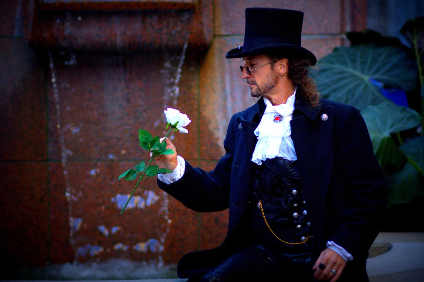 Discover the illusionist Loran and his enchanting magic with videos and photos.