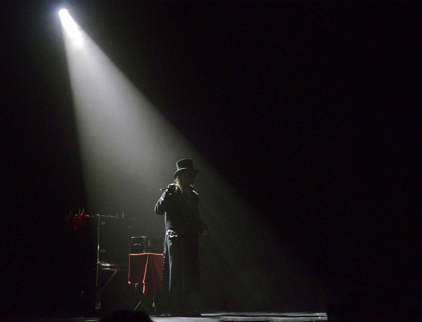 Loran magicien illusionniste lors d'un spectacle d'illusion