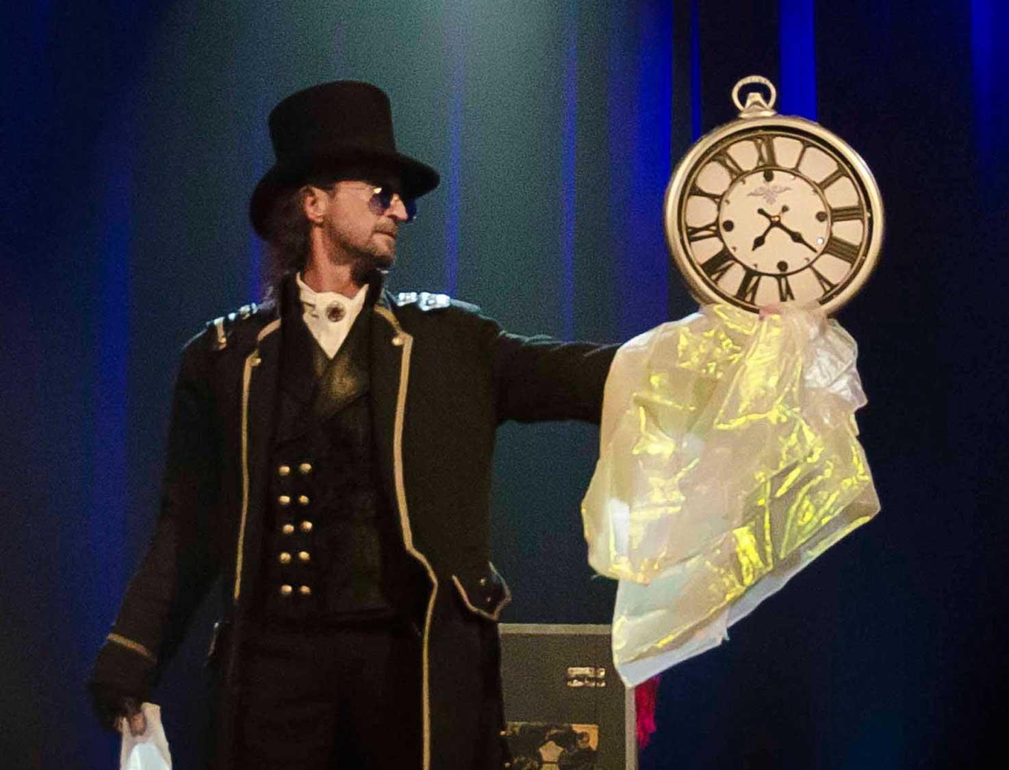 Loran magicien illusionniste présentant l'acte Momentum