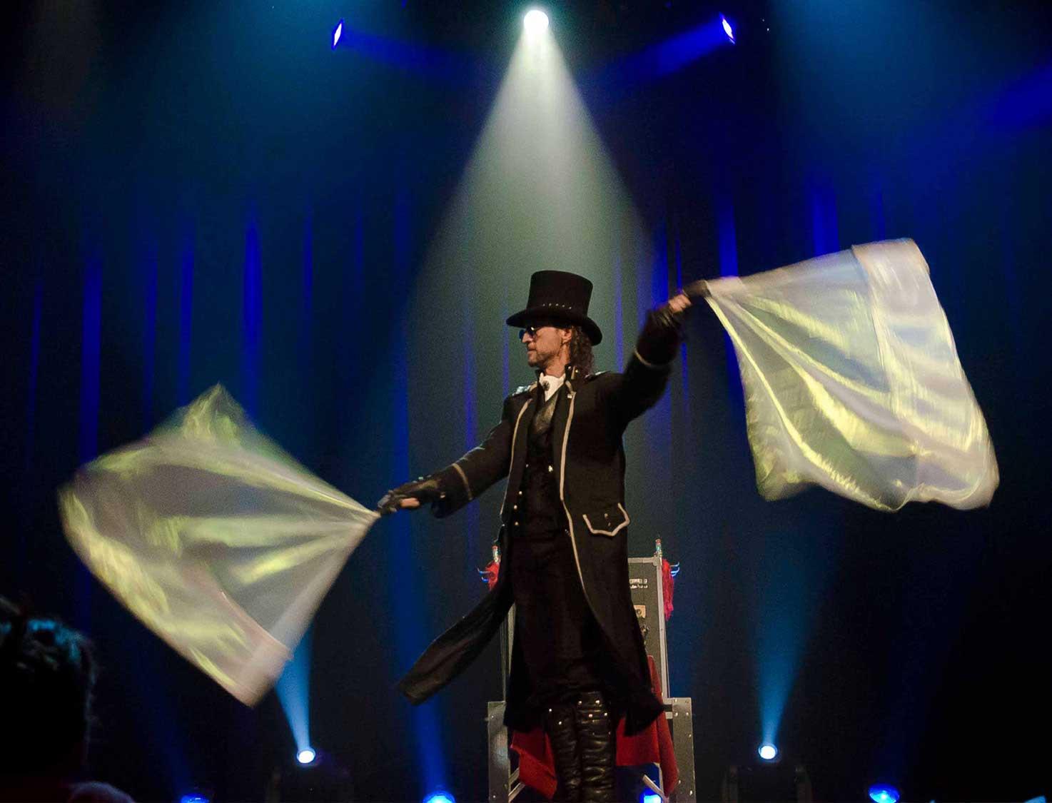 Loran magicien illusionniste sur scène