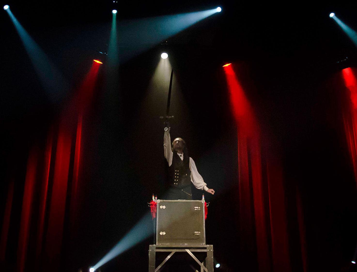 Loran magicien illusionniste et l'illusion Excalibur